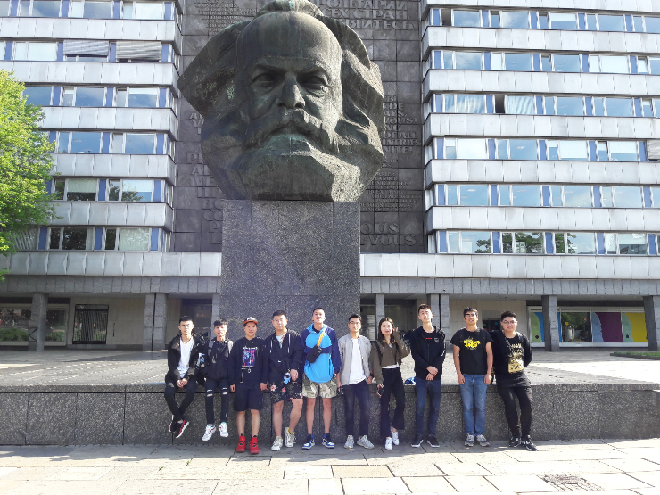 Students of the Jiangsu Group in front of the Karl-Marx-Monument in Chemnitz.